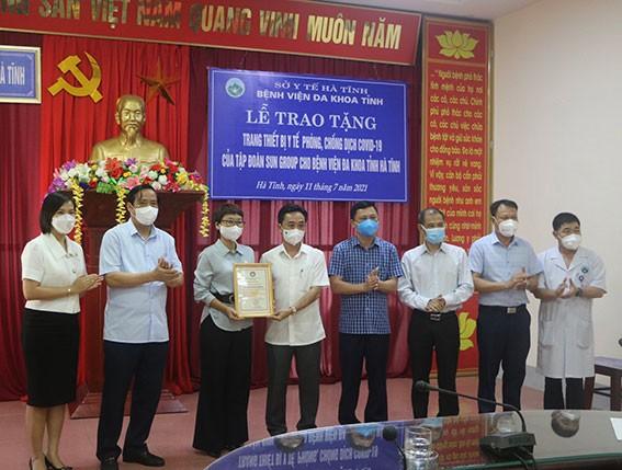 pho-bi-thu-thuong-truc-tinh-uy-ha-tinh-tran-the-dung-trao-tang-chung-nhan-tam-long-nhan-ai-cho-dai-dien-tap-doan-sun-group-1626093174.jpg