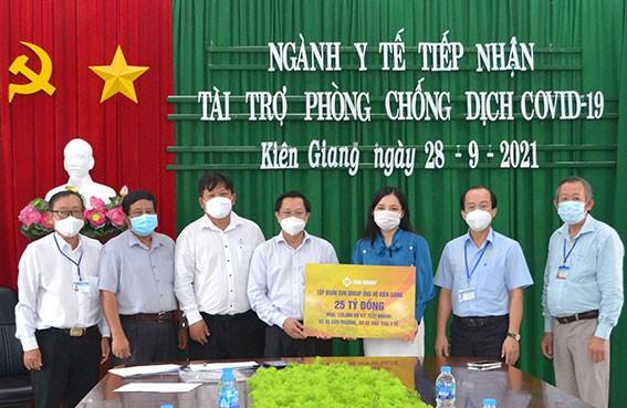 dai-dien-tap-doan-sun-group-ao-xanh-trao-bang-tuong-trung-ho-tro-lanh-dao-so-y-te-kien-giang-6-1632836745.jpg